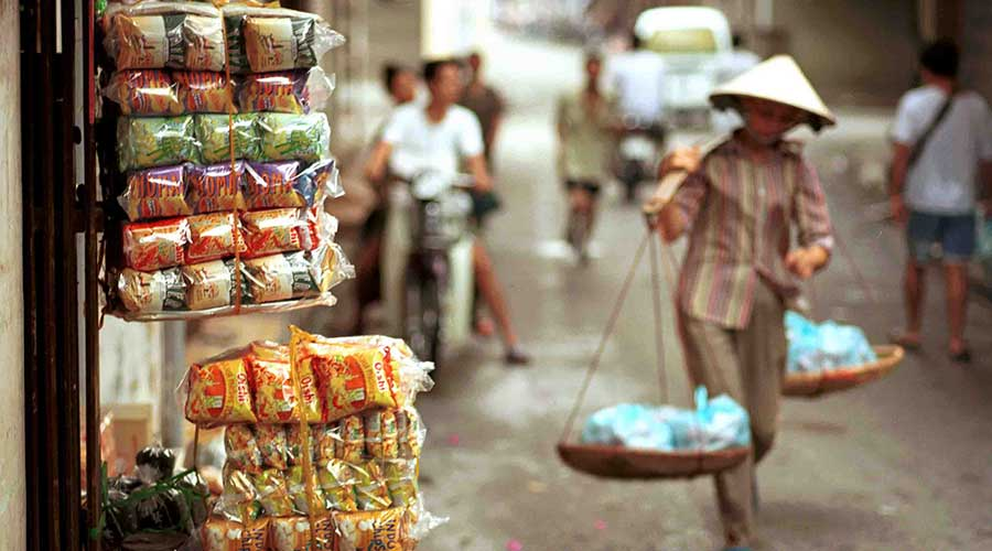 women carry food in Hanoi