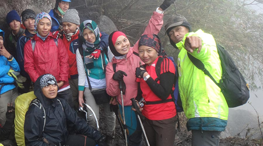 trekking group Fansipan